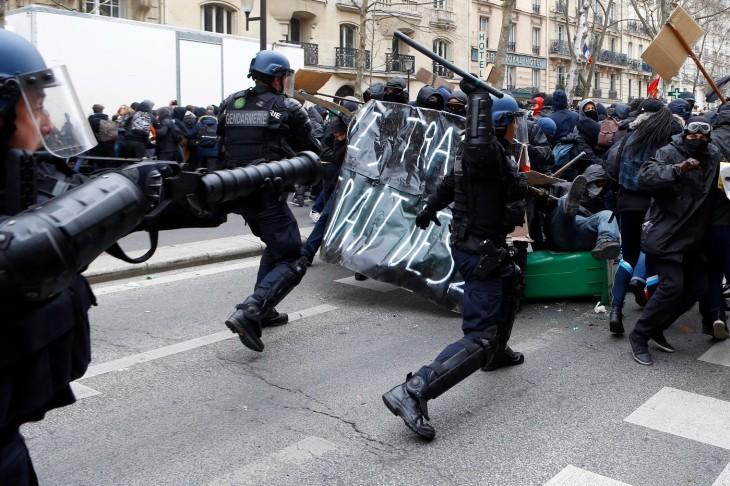 Echauffouree-entre-police-manifestants-lors-manifestation-etudiants-contre-projet-travail-24-mars-2016-Paris_0_1400_933