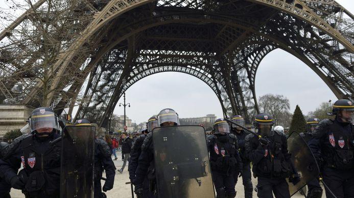 la-police-anti-emeute-sous-la-tour-eiffel-pendant-la-manifestation-contre-le-projet-de-loi-travail-a-paris-le-24-mars-2016_5570683